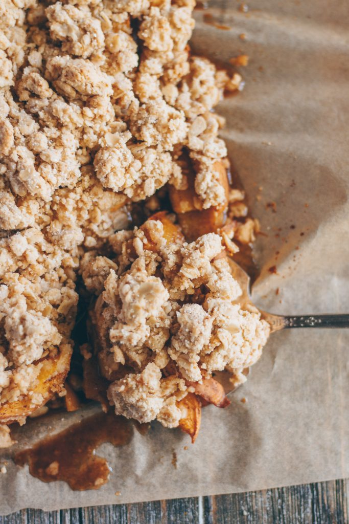 easy vegan peach crumble